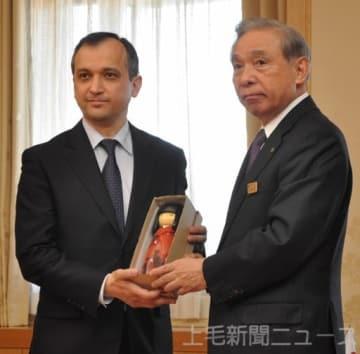 ファジーロフ大使にこけしを贈る大沢知事(右)