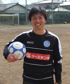 常磐大サッカー部の監督に就任した島田祐輝氏=水戸市見和の同大グラウンド