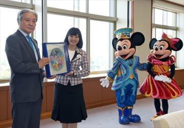 福田知事(左)に記念の絵皿を贈る福本望アンバサダー=20日午前10時40分、県庁