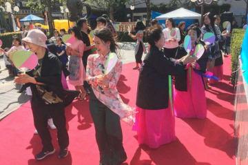 ハルモニたちと盆踊りに興じる在日ベトナム人ら=川崎市川崎区