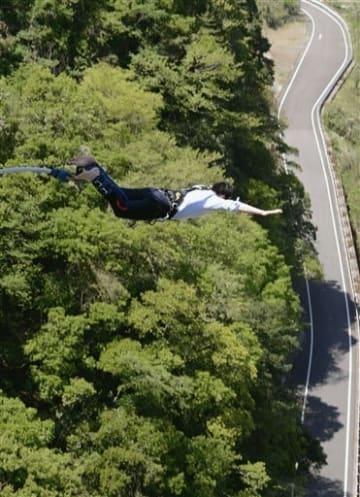 小八重橋から飛び降りるバンジージャンプの参加者=五木村