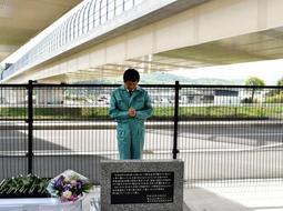 事故現場に設置した「工事安全誓いの碑」の前で手を合わせる横河ブリッジの社員=22日午前、神戸市北区道場町平田