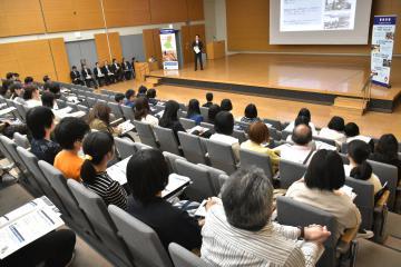 次世代グローバルリーダー育成プログラムの事前説明会に参加した中高生や保護者ら=県庁
