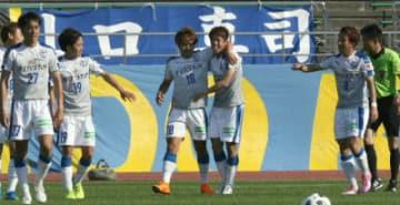 【大分―金沢】後半ロスタイム、決勝点を決め祝福される丸谷(右から3人目)=石川県西部緑地公園陸上競技場