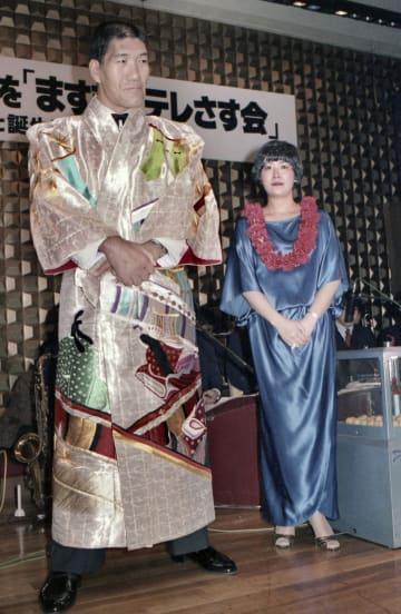 結婚披露宴で記念写真に納まるジャイアント馬場夫妻=1983年1月、東京都内(山内猛氏撮影)