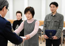 高齢の女性を救助し、のじぎく賞を贈られた3人=姫路市市之郷