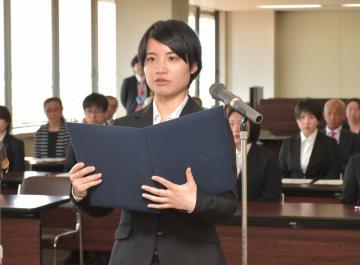 委嘱式で大学生サポーター代表として宣誓する木村愛美さん=13日、水戸市柵町の県水戸合同庁舎
