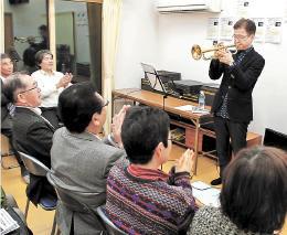 手拍子を取る参加者を前に演奏する大野さん