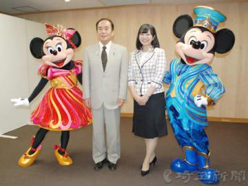上田清司知事(中央左)を表敬訪問し、開園35周年の感謝を伝えたミッキーマウス、ミニーマウスとアンバサダーの福本望さん(同右)=24日午後、県庁