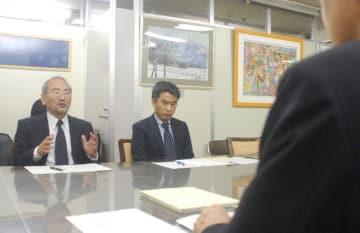 研究成果を報告する(左から)上田議長と奥平副議長=川崎市川崎区