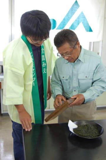 【仲立ち人と価格交渉する茶商=鈴鹿市花川町の北西茶センターで】