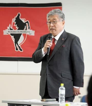 アスリートクラブ熊本の株主総会であいさつする永田求社長=熊本市中央区の熊日本社