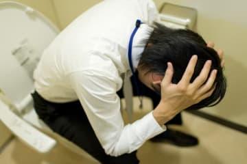 厚生労働省の集計で「精神障害の労災補償状況」の平成28年度のうつ病による労災申請は年間1586件(昨年度より71件増)にも上るということです。そのうち給付金の支給決定件数は472件です。そのうち労災として認定された支給決定件数は498件(昨年度より26件増)です。