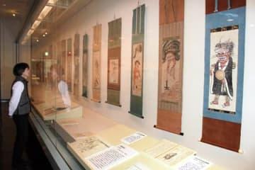 シンボル的な「鬼念仏」(手前)などが並ぶ大津絵の展示=大津市御陵町・市歴史博物館