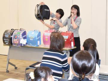 親子向けに、ランドセルの選び方を紹介する説明会もある、予約販売会=27日午前、羽生市川崎のイオン羽生店