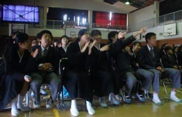 板門店のライブ映像に歓声を上げる朝鮮学校生ら=神奈川朝鮮中高級学校