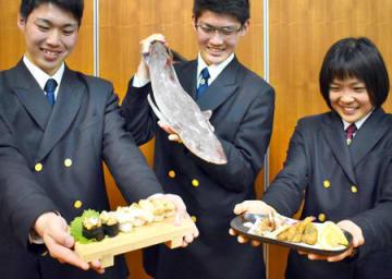 ホシザメ(中央)を使ったすしや唐揚げを開発した海洋高食品経済コースの生徒たち=京都府宮津市上司・海洋高
