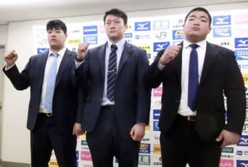 柔道の全日本選手権を前に記者会見し、ポーズを取る(右から)王子谷剛志、原沢久喜、小川雄勢=28日、東京都文京区の講道館