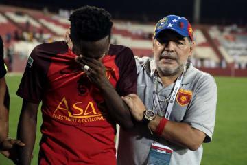 サッカーのUAEリーグで1部自動昇格を逃し、涙に暮れる選手を慰めるアルフジャイラのディエゴ・マラドーナ監督=27日、アルフジャイラ(ロイター=共同)