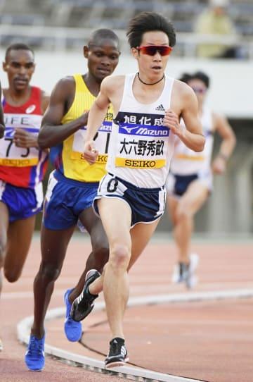 男子5000メートル 13分37秒24で3位の大六野秀畝(手前)=エディオンスタジアム広島
