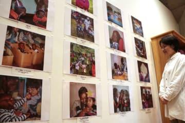 公文医師がケニアで開いた施設の日常を紹介する企画展=長崎市、ナガサキピースミュージアム