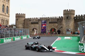 F1アゼルバイジャンGPで走行するメルセデスのルイス・ハミルトン=29日、バクー(ゲッティ=共同)