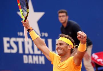 バルセロナ・オープン決勝、ステファノス・シチパスを下し、今季2勝目を挙げたラファエル・ナダル=29日、バルセロナ(ロイター=共同)