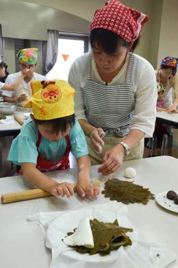 生地を延ばし、かしわ餅をこしらえる参加者=伊勢原市東大竹の中央公民館