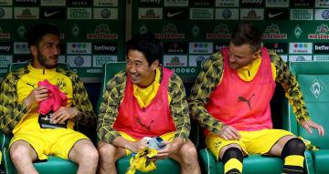試合開始前にベンチで談笑する香川真司(中央)=29日、ブレーメン(ゲッティ=共同)