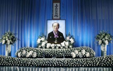 竹本住太夫さんの通夜で、祭壇に置かれた遺影=30日夕、大阪市