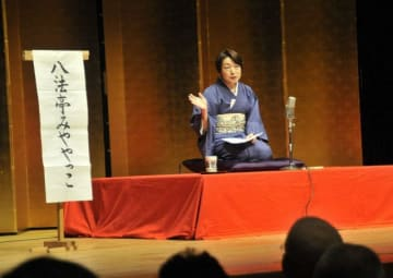 憲法を落語で解説する飯田弁護士=藤沢市民会館
