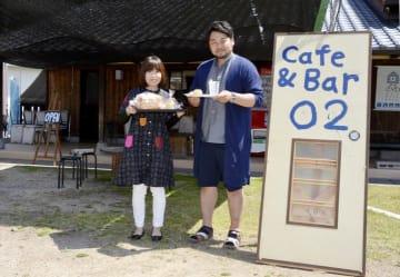 鬼木さん(右)と順子さんがオープンした「Cafe&Bar O2」