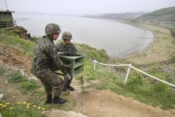 宣伝放送の拡声器を撤去する韓国軍の兵士=1日、韓国京畿道坡州(共同)