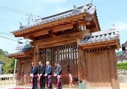 約140年ぶりに移築復元された旧三日月藩乃井野陣屋の表門=佐用町乃井野