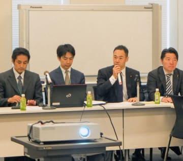 設立総会であいさつする鈴木馨祐氏(右から2人目)=4月24日、衆院第2議員会館