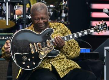 米ギブソン・ブランズのギターを持つB・B・キングさん=2007年7月、米イリノイ州(ゲッティ=共同)