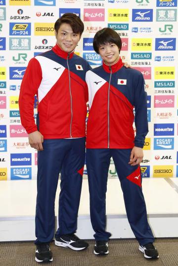記者会見を終え、肩を組む阿部一二三(左)と妹の詩=2日、東京都北区の味の素ナショナルトレーニングセンター