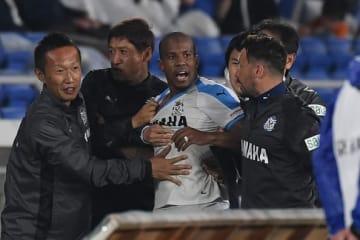 ヒートアップしたギレルメをなだめる磐田のスタッフ photo/Getty Images