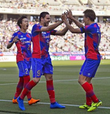 FC東京―名古屋 後半、3点目のゴールを決め永井(右)とタッチを交わすFC東京・ディエゴオリベイラ。左は室屋=味スタ
