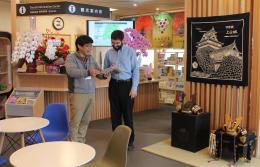上山の魅力を英語でPRする福沢さん(左)