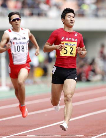 男子200メートル予選 20秒69で2着だった桐生祥秀(右)=静岡スタジアム