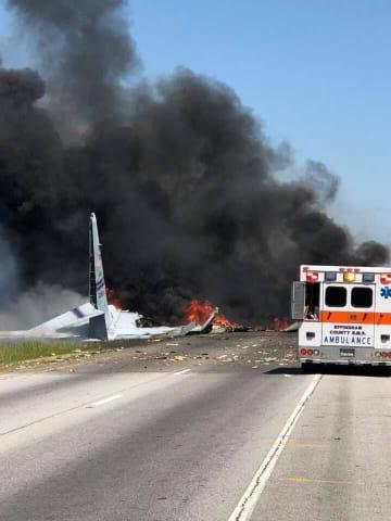 墜落し炎上する米軍機=2日、米ジョージア州サバナ(JAMES LAVINE氏提供・ロイター=共同)