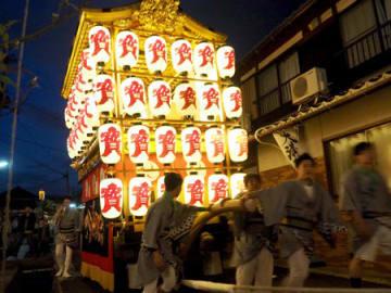 宵闇の街並みを進む大溝祭の曳山(高島市勝野)