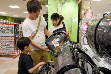 ランドセル売り場で品定めする来店客=熊本市中央区の鶴屋百貨店