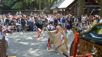 大勢の見物人に囲まれ、勇壮な舞を奉納した天岩戸神社春季大祭