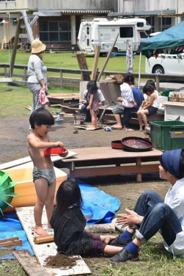 自然に囲まれた空間で自由に遊ぶ子どもたち