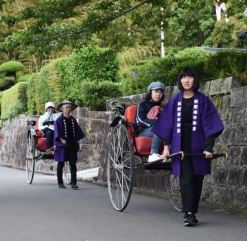 人力車を引いて観光案内をする日南高校の生徒