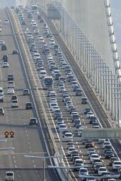 淡路島から神戸方面へ向かう車で混雑する明石海峡大橋=4日午後5時10分、神戸市垂水区舞子台7から(撮影・後藤亮平)