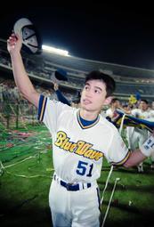 リーグ優勝後、地元神戸に帰り、場内を一周するイチロー選手=1995年9月19日、グリーンスタジアム神戸(当時)