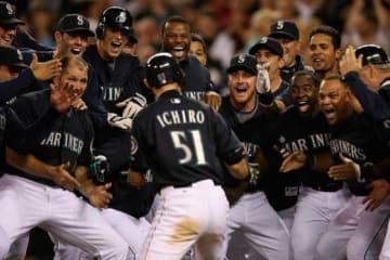 2009年のヤンキース戦でマリアーノ・リベラから劇的な逆転サヨナラ本塁打を放ち、歓喜の輪に飛び込むイチロー【写真:Getty Images】